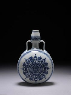 Porcelain flask decorated in underglaze blue with dragon design, China, Ming dynasty, ca. 1400-1430. Height: 13 in, Diameter: 8.5 in. 554-1878. © V Images.