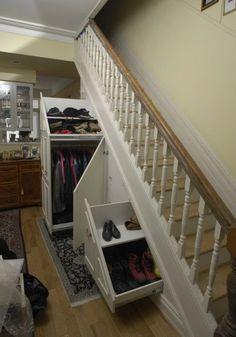 Если дача не большая и необходимо найти место для хранения вещей, игрушек, книг. Вот здесь нам и придет на помощь площадь под лестницей.