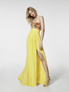 Are you looking for a cocktail dress? This long yellow dress is a cocktail dress (GRIALA model) with a sweetheart neckline with a bare back. Sleeveless flared dress (gauze thread embroidery)
