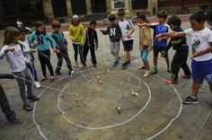 SPANISH LAW REQUIRES THE FACES OF MINORS ARE MASKED IN PUBLICATIONS WITHIN SPAIN - In this Tuesday, June 16, 2015 photo, a group of children play with their spinning tops outside of their National Col | Juegos de niños que vencieron a la tecnología - Yahoo Noticias