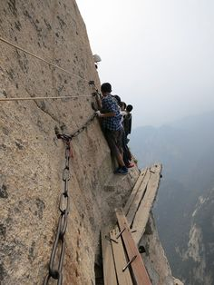 One must really love tea mixed with adrenaline to enjoy the most dangerous hiking trail in the world, leading to Huashan Teahouse on top of the holy mountain Hua in China. Espanto, Escalade, Living On The Edge, Jolie Photo, Crazy People, Extreme Sports, Hiking Trails, Cool Photos, Scary Photos