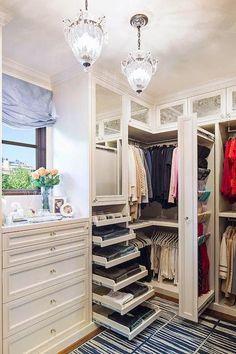 İşte bu foto galerimizde beğeneceğiniz, fikirler edinebileceğiniz, muhteşem güzellikteki giyinme odalarını sizlerle paylaşıyoruz! Yeni yapılan lüks konut projeleri dışında, çoğu evde giyinme odası bulunmuyor. Aslında evlerimiz için bence önemsenecek ihtiyaçlardan biri.