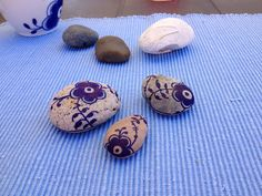 Trin for trin DIY … Rock And Pebbles, Blue Pottery, Royal Copenhagen, Danish Design, Stone Art, Stone Painting, Rock Art, Diy For Kids, Painted Rocks
