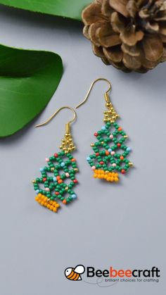 Seed beads & bugle beads are tiny beads that can be used in many jewelry making projects. Diy Christmas Earrings, Beaded Christmas Ornaments, Christmas Jewelry, Handmade Wire Jewelry, Diy Crafts Jewelry, Seed Bead Jewelry, Bead Jewellery, Beaded Jewelry Patterns, Beading Patterns