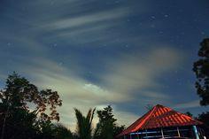 """Desde Ondemí (2) """"Fuga de nubes"""" Fuerza y dramatismo de las nubes, con rastros de estrellas en esta fotografía nocturna. Costa Rica."""