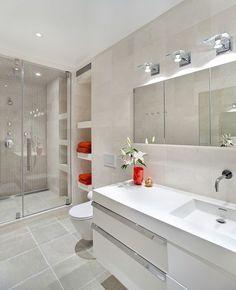 Os pontos vermelhos dos itens de decoração aquecem este banheiro UN Plaza Apartment by ORA Studio