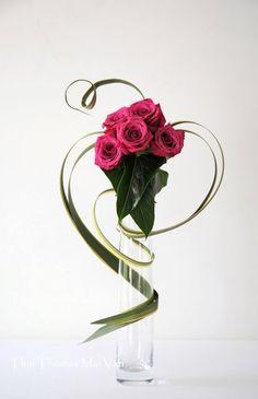 L'art floral japonais Ikebana, Thai Thomas Mai Van l'a dans la peau. Contemporary Flower Arrangements, Tropical Flower Arrangements, Creative Flower Arrangements, Arrangements Ikebana, Ikebana Flower Arrangement, Deco Floral, Arte Floral, Flower Show, Flower Art