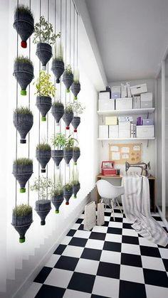 Bottiglie di plastica che diventano vasi, in questo giardino verticale domestico
