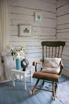 Pieni talo Pirkanmaalla – alakerta Tiny Log Cabins, Rocking Chair, Old Houses, Beach House, House Styles, Interior, Cottages, Balcony, Furniture