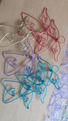 Jetzt NEU auch in BUNT!!!!!!!!!!!!!!<br />Verkaufe sehr schöne handgemachte Draht-Schutzengel.<br...,Engel aus Draht - Schutzengel in Bayern - Rauhenebrach Wire Jewelry, Jewelry Crafts, Christmas Ornament Crafts, Jewel Box, Wire Art, Silver Filigree, Bunt, Clothes Hanger, Wire Wrapping
