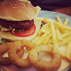 Hamburger con patatine e anelli di cipolle - Osteria ai Nidrì, Iseo.