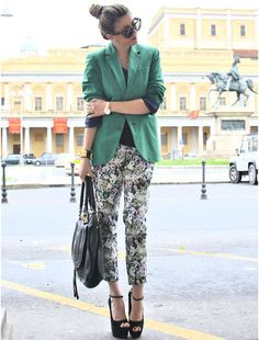 colored blazer with black and white printed zara pants Green Blazer, Colored Blazer, Green Jacket, Sartorialist, Floral Pants, Pants Pattern, Daily Fashion, Her Style, What To Wear