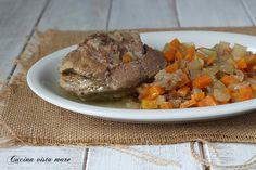 Gli ossibuchi di tacchino nella slow cooker con una dadolata di verdure sono un secondo piatto economico, gustoso, semplice e saporito.