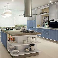 Toque de cor e contemporaneidade imprimem beleza em cozinha destacada por bancada em ilha.  Regram @dinamikamoveis  #arquitetura #arquiteturaedesign #kitchendesign #kitchendecor #kitcheninspiration #kitchen #cocina #cuicine #cozinha #projetados #modulados #planejados #instakitchen #instadesign #homedecor #iluminação #lightdesign #iluminacion #contemporarystyle #contemporarydecor #revestimentos #designinterior #interiordesign