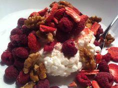 Keso kvällsmat: Keso, hallon, valnötter och frysta jordgubbar.  kvällsmat, mellanmål ,recept ,kost ,hälsa ,mat ,cleaneating ,jordgubbar ,hallon ,valnötter ,keso