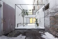 The optical shop C_29 / 'Optimist', is an interwar listed building of a total surface 90m2 and is located in the centre of Chalkida. The space is airy and expands along the central market and the back courtyard / pati...