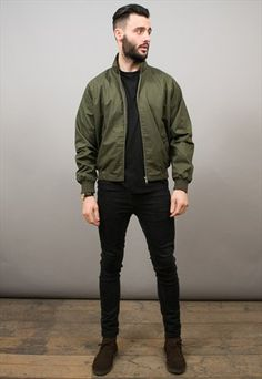 Awesome Men Bomber Jacket Outfits Ideas To Try - There has always been a lot of debate about whether a mens bomber jacket should be black or brown. The purists will argue that it should definitely be. Green Bomber Jacket Outfit, Khaki Jacket, Look Man, Harrington Jacket, La Mode Masculine, Men Casual, Menswear, Men Style Tips, Style Ideas