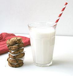 Ik hou van die slowjuicer.Het apparaat blijft mij verbazen. Je kunt dus amandelmelk maken met een slowjuicer! Ik was nog even bang dat de bruine kleur van de amandelen ook hier in de melk terecht zou komen, maar nee! Prachtige witte melk.
