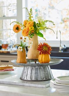 Add a touch of fall to your Thanksgiving table with elegant yet easy-to-make Thanksgiving centerpiece ideas. Including natural elements, candle displays, and more, these Thanksgiving decorations will be a highlight on your holiday table. Fruit Centerpieces, Elegant Centerpieces, Thanksgiving Centerpieces, Diy Thanksgiving, Centerpiece Ideas, Pumpkin Planter, Fall Floral Arrangements, Faux Pumpkins, Fall Table