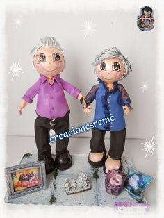 Muñequitas de goma eva Creacionesreme Pareja fofuchos abuelos .cestita miniatura de mimbre,cibeles #Madrid #Cibeles #fofuchos