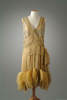 A la Moda-Vestim. --Dress Peggy Hoyt ~ 1927 The Meadow Brook Hall Historic Costume Collection 20s Fashion, Estilo Fashion, Fashion History, Art Deco Fashion, Vintage Fashion, Edwardian Fashion, Gothic Fashion, Vintage Mode, Moda Vintage