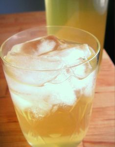 voikukasta kauniin keltaista kesämehua, sekä lämmintä voikukkateetä teekuppiin
