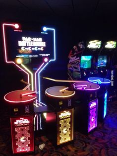 I need this game - 4 player pac-man Concert Stage Design, Gaming Room Setup, Bar Games, Game Room Design, Gamer Room, Neon Aesthetic, My Pool, Retro Video Games, Neon Lighting