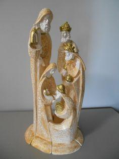 Presepio moderno de encaixe, pintura craquele e dourado, com 5 peças e 40cm de altura!