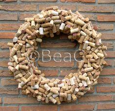 * Each wreath consists of approx. 500 wine corks (I glue the corks one by one on a straw wreath). Restaurant owners love them. * Elke krans bestaat uit ongeveer 500 wijnkurken (ik plak de kurken stuk voor stuk op een strokrans). Restauranteigenaars zijn er gek op.