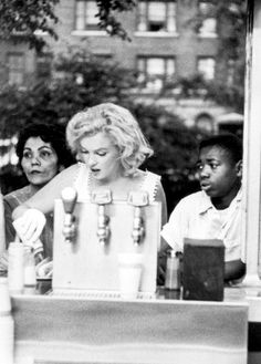 Marilyn having lunch in Central Park, 1957. Photo by Sam Shaw