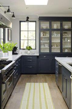 Een mooie landelijke keuken in klassiek traditioneel blauw.