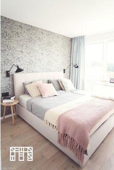 Pastelowa sypialnia ze wzorzystą tapetą