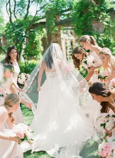 A bride tribe that has your back: Photography: Michelle Beller - http://www.michellebeller.com/