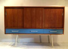 Meuble en bois et bois laqué bleu, piètement laqué blanc. Janine Abraham, Edition Meubles TV Vers 1950 L: 179,5 cm ; P: 45 cm ; H : 126 cm Prix sur demande
