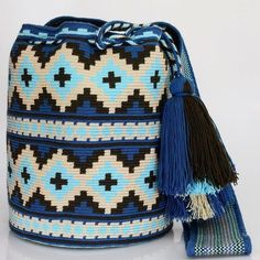 Handcrafted handbags made by indigenous wayuu in the north of Colombia. Tapestry Crochet Patterns, Bead Loom Patterns, Mochila Crochet, Tapestry Bag, How To Make Handbags, Knitting Accessories, Knitted Bags, Purses And Bags, Hippie Bohemian