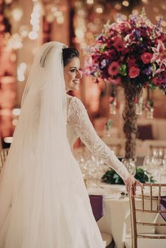 Vestido de Sandro Barros escolhido por Lívia. O casamento de Lívia e Flávio foi publicado no Euamocasamento.com e as fotos são de Renata Xavier. #euamocasamento #NoivasRio