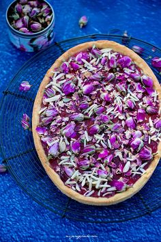 Tart with rose petal jam and decorated with dried rose petals Rose Petal Jam, Dried Rose Petals, Jam Recipes, Vegan Recipes, Vegan Food, Food Decoration, Dessert Drinks, Edible Flowers, Food Festival
