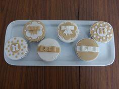 Cupcakes para baptizado com tons bege e branco