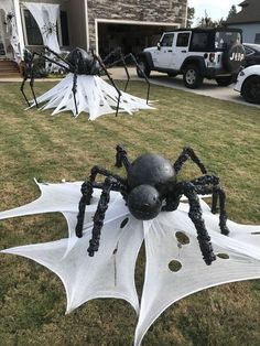 Astonishing DIY Dollar Store Halloween Decoration Ideas - No contest, hands down. Halloween is my favorite holiday! In addition to planning our Film Society's annual Halloween event, I also spend hours onli. Diy Halloween Party, Moldes Halloween, Casa Halloween, Halloween Spider Decorations, Manualidades Halloween, Adornos Halloween, Dollar Store Halloween, Halloween Snacks, Halloween Disfraces