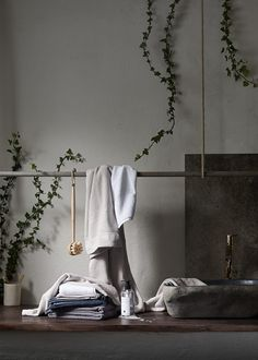 A rod hanging over the work surface and a sink placed on the same surface, the rod gives length to the room hanging towels or mirrors or other bathroom necessities. By Daniella Witte – ELLE Decoration Rustic Bathroom Designs, Rustic Bathroom Decor, Rustic Bathrooms, Bathroom Styling, Quality Furniture, Cool Furniture, Rue Verte, Timeless Bathroom, Zen Style
