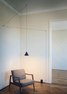 Lámparas sencillas con largos cables que atraviesan una habitación