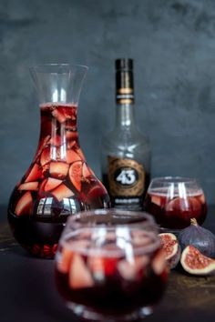 Winter sangria met Licor 43 Baristo Looking for a spicy sangria for the cold months? Then make sangria this winter with pear, fig, pomegranate and Licor 43 Baristo. Winter Sangria, Winter Cocktails, Yummy Drinks, Healthy Drinks, Yummy Food, Happy Drink, Sangria Recipes, Smoothie Drinks, Smoothies