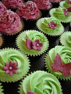 Blackberry Cupcakes with Blackberry Buttercream with fresh blackberry purée added to the batter & buttercream frosting. Such pretty cupcakes! Green Cupcakes, Pretty Cupcakes, Beautiful Cupcakes, Yummy Cupcakes, Cupcake Cookies, Pearl Cupcakes, Spring Cupcakes, Flower Cupcakes, Cupcakes Design