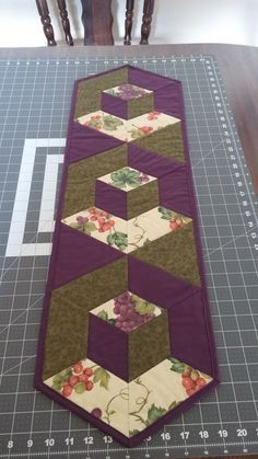 Welcome to Hexagon - Easy Y Seams Table Runner Project Part 2 of 3 By . - Welcome to Hexagon – Easy Y Seams Table Runner Project Part 2 of 3 By Paco Rich It is important that you read through ever… Patchwork Table Runner, Table Runner And Placemats, Table Runner Pattern, Quilted Table Runners, Modern Table Runners, Plus Forte Table Matelassés, 3d Quilts, Cottage Crafts, Block Table