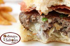 Hamburguer recheado com gorgonzola e servido com Parma crocante - Blue cheese filled burguer with crispy parma ham