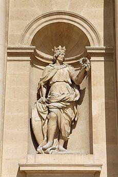 Statue du roi flanquant l'entrée du dôme des invalides (Nicolas Coustou, 1701-1706) Considéré comme saint de son vivant, Louis IX fait l'objet, aussitôt après sa mort, d'une vénération de la part de son entourage et de ses sujets. Des miracles sont réputés avoir eu lieu sur le passage de sa dépouille au point qu'un service d'ordre dot être mis en place près de son tombeau pour canaliser les foules qui viennent implorer son intercession. La canonisation de Louis IX est officialisée en aout… Beautiful Buildings, Notre Dame, Saints, Lion Sculpture, France, Entourage, Paris, Service, Genealogy