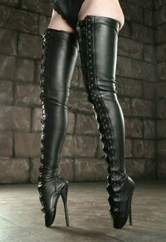 I love the look, and wish I could ware this kind of long leather ballet boots … It would take some training … – 2019 - FASHION Thigh High Heels, Very High Heels, Hot High Heels, Sexy Heels, High Heel Boots, Knee Boots, Heeled Boots, Stiletto Heels, Gladiator Boots