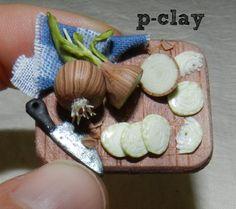 Miniature onions on board (polymer clay). Cebollas en tabla (miniatura, arcilla polimérica).