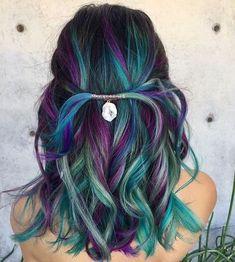 Ich habe selten so schöne Meerjungfrauhaare gesehen. Das Farbspiel zwischen grün, blau und lila ist einfach der Wahnsinn und sieht so toll aus. hair / hair style / bunt / green / blue / lila / grün / blau / Haarfarbe / Frisur / hair trends | Stylefeed