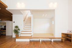 モリハウジング 水戸の家 モリハウジングの和室はリビングとの雰囲気を壊さないデザインになっています。 Bedroom Color Schemes, Bedroom Colors, Stair Shelves, Natural Interior, Dynamic Design, Miniature Houses, Stairs, House Design, Interior Design